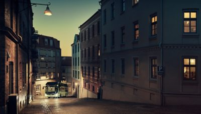 Автобус, карабкающийся вверх по крутому склону
