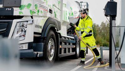Il test di collaborazione dal vivo tra Volvo Trucks e Swerock prevede l'utilizzo di due camion da cantiere completamente elettrici: un Volvo FM e un Volvo FMX.