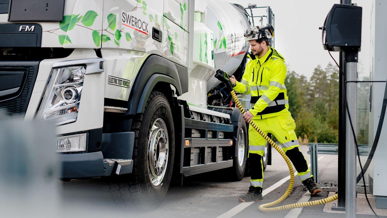 Bij de test in reële toepassingen waarvoor Volvo Trucks en Swerock samenwerken, worden twee volledig elektrische bouwvoertuigen gebruikt: een Volvo FM en een Volvo FMX.