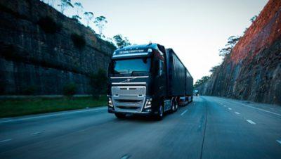 Motor diesel do Volvo FH na estrada
