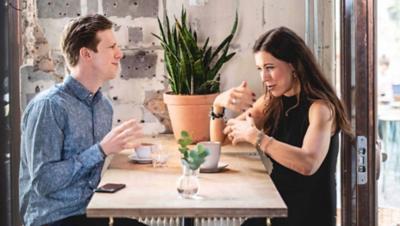 Een interview tussen twee personen bij de Volvo Group