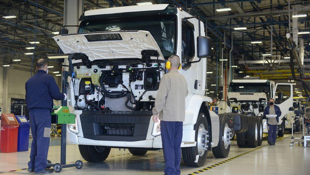 Volvo amplia segundo turno para a linha de caminhões VM