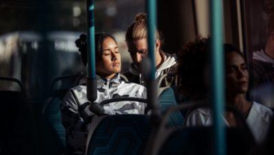 Un pasajero descansando a bordo del Volvo 7900 Eléctrico