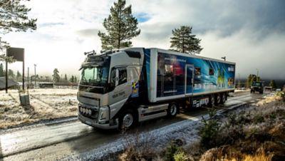 Volvo Lastvagnar har sponsrat Skidskytteförbundet med en dragbil sedan tidigt 2000-tal. Deras nya Volvo FH med I-Save är utrustad med funktioner som underlättar vid tuffa förhållanden på uppställningsplatser och skidanläggningar runt om i Europa.