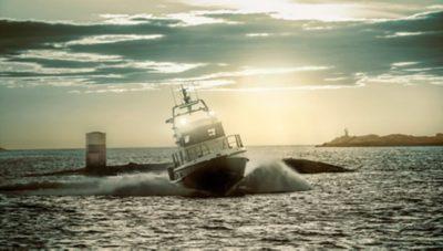 Großes Motorboot auf dem Meer fährt eine scharfe Kurve und erzeugt dabei eine große Welle