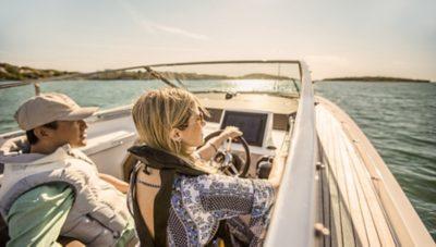 Twee mensen op zee in hun motorboot