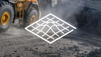 Biała ilustracja przedstawiająca schemat terenu nałożona na zdjęcie pojazdu budowlanego Grupy Volvo w miejscu prowadzenia wykopów