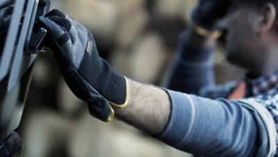 Arbeiter der Volvo Group beim Ziehen eines Schalters