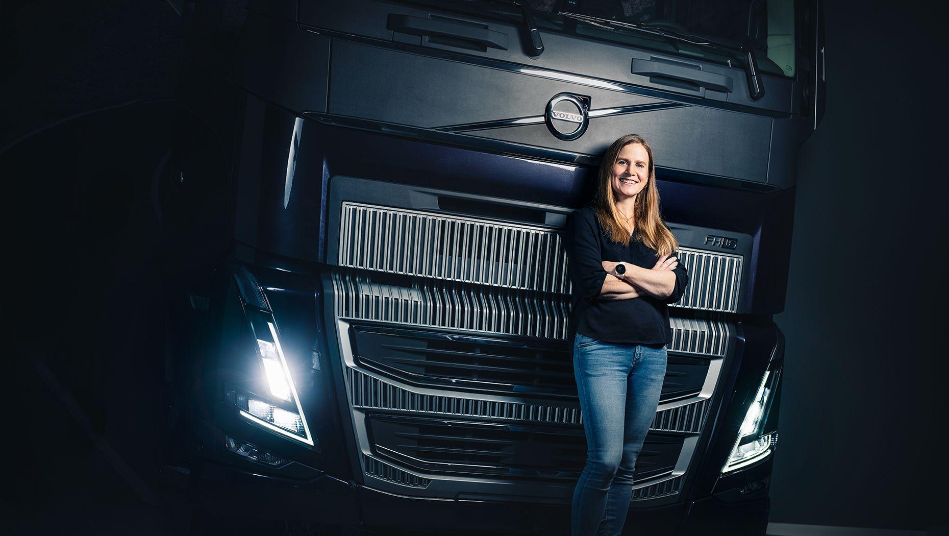 Volvo Lastvagnars säkerhetsdirektör, Anna Wrige Berling, framför en Volvo FH16