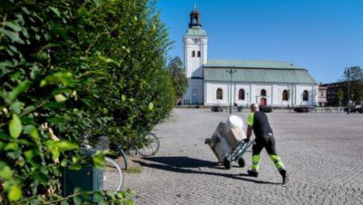 Det händer att Anders Bergman parkerar lastbilen för att leverera varorna till fots. På så vis behöver han inte kränga runt i stadstrafiken, samtidigt som han får vardagsmotion.