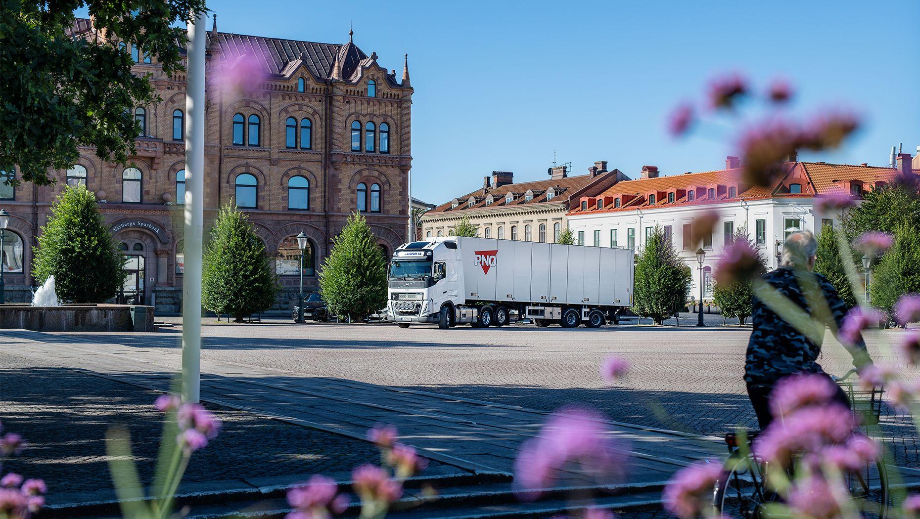 Anders Bergman med sin Volvo FH fältprovsbil på torget i Varberg