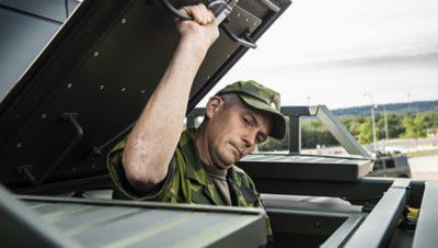 Fredrik Stäpel Jensen demonstrerar takluckan, som är viktig för evakuering, flygspaning och för att kunna skjuta från bilen.