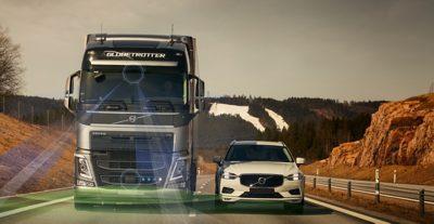 O Volvo FH a circular lado a lado com um automóvel Volvo