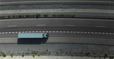 มุมมองด้านบนของรถ Volvo FH พร้อมรถพ่วง