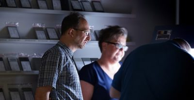 Två personer tittar ner mot skärm