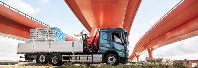 En lastbil parkeret under en motorvejsbro