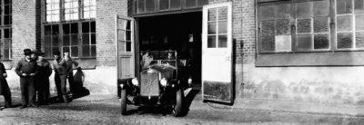 En av de första Volvobilarna rullar ut från en fabrik på Hisingen
