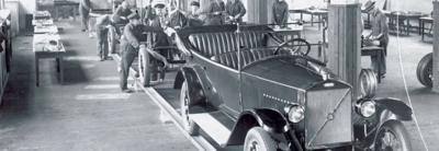 Première voiture quittant l'usine