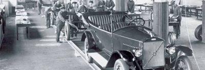 Primer automóvil saliendo de la fábrica