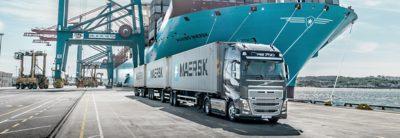 Volvo-lastbil i hamnområde