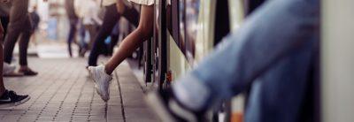 En kvinna stiger på en buss