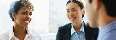 Empleados de Volvo Group hablando sobre el salario y los beneficios