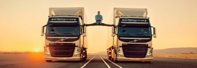 """Epic Split"" ระหว่างรถบรรทุก Volvo FM สองคัน"