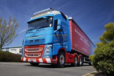 Broughton Transport has taken delivery of a Volvo FH 500 pusher axle tractor unit with Globetrotter XL cab – more than 10 years after the last Volvo left its fleet.