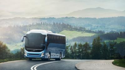 De voorkant van een zwarte bus van de Volvo Group