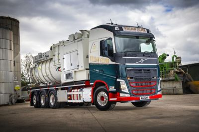 William Gilder has put a new Volvo FH Globetrotter 8x4 Tridem into service, equipped with a top-of-the-range DISAB air mover body.