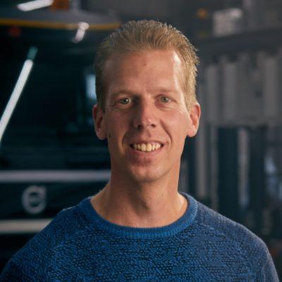 Medewerker Erik van der Eng van LVS Trucks in Zwaag