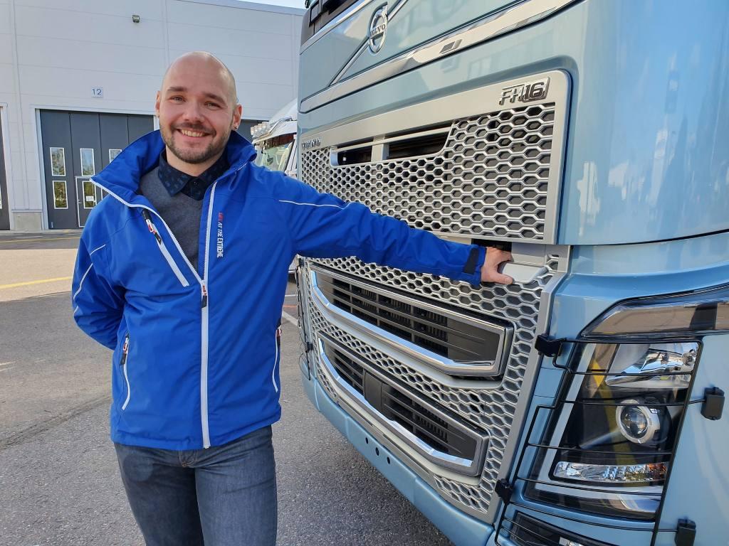 Joni Tukiainen toimii myyjänä Volvo Truck Center Tampereella