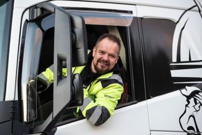 Oddvar Nyland i Thor Tenden Transport foran sin Volvo FH16.