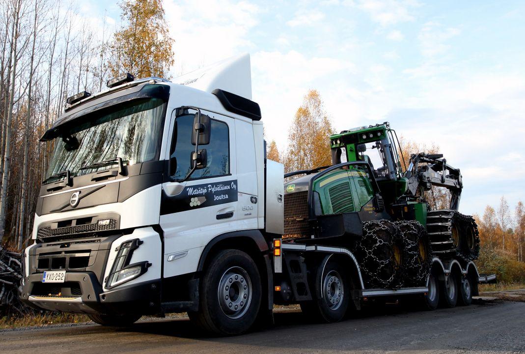 Uusi Volvo FMX -ritiläauto Metsätyö Pylväläisen apuna vaativissa metsäkoneiden kuljetustehtävissä