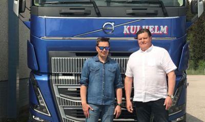 Matti Kulhelm yhdessä Volvo Trucks -myyjä Janne Kangaskolkan kanssa