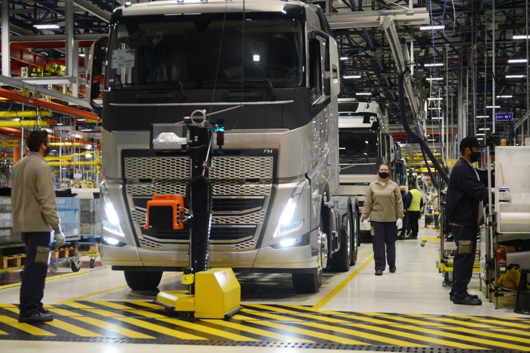 Volvo inicia produção em série dos novos caminhões FH, FM e FMX no Brasil