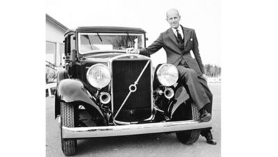 S-O Persson står lutad mot en Volvo av 1932 års modell