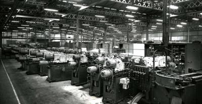 ligne transfert des culasses, Vénissieux, 1959