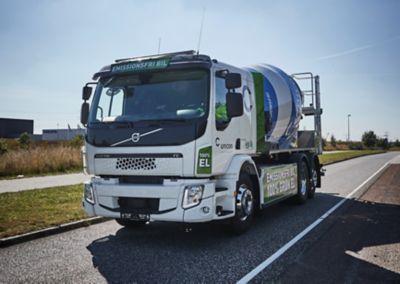 Allerede i august 2020 kunne Unicon sende Danmarks første og eneste hybride betonlastbil fra Volvo på vejene, hvorefter flere HVO-drevne betonlastbiler fulgte efter. Dermed tager Unicon et stort skridt mod en fuldstændig emissionsfri lastbilflåde efter flere års intensivt udviklingsarbejde i samarbejde med Volvo Trucks og Liebherr-Mischtechnik.