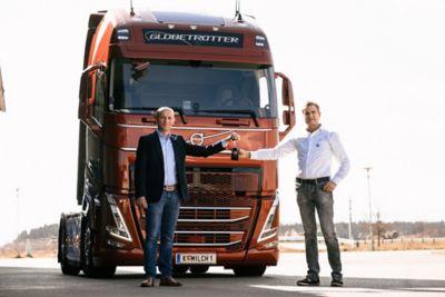 Ausgeliefert – der erste Volvo FH der neuen Generation in Österreich läuft unter der Flagge des Kärntner Transportunternehmers Johannes Strauß. Am Bild (v.l.n.r.): August Leitgeb, Gebietsbetreuer Volvo Trucks; Johannes Strauß