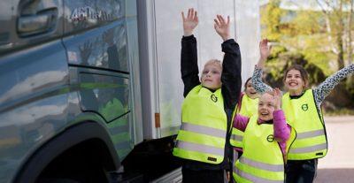 Pare, Mire, Haga una señal con la mano: una campaña mundial para mantener a los niños seguros en el tránsito