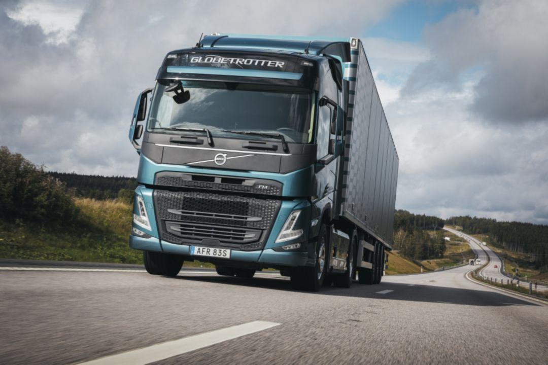 משאית וולוו FM, מבט מלפנים בנסיעה בכביש.