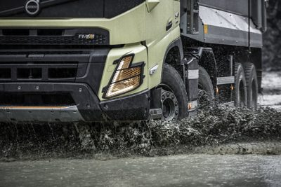 """Volvo FMX"" važiuoja per purvą"