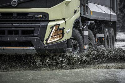 En Volvo FMX kjører gjennom gjørma