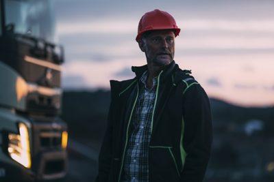 Vnoci zaparkované nákladní auto se zapnutými vnitřními světly