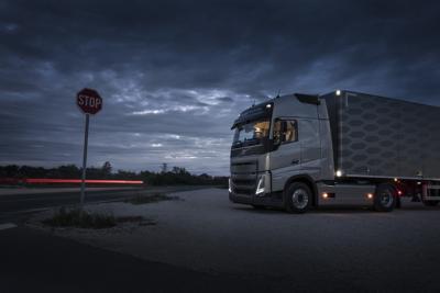 En lastebil med interiørlysene på parkert om natten