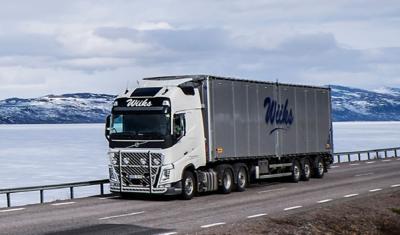 Der schwedische Fahrer Lars Lindgren erledigt mit seinem Volvo FH, der mit einem I-Shift-Getriebe mit Doppelkupplung ausgerüstet ist, Stückguttransporte zwischen Nordschweden und verschiedenen Zielen in Norwegen.
