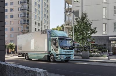 一輛電動貨車駛過城市