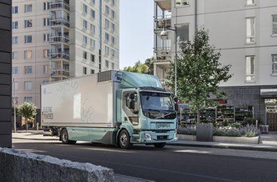 Ein elektrisch angetriebener Lkw fährt durch die Stadt