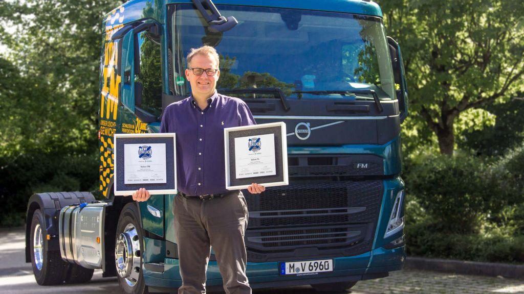 Peter Ström, Geschäftsführer von Volvo Trucks in Deutschland, mit den beiden Auszeichnungen